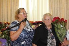 Anna Alyoshin och Galina Gorokhov på årsdag på boxaren Arkivfoton