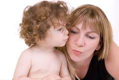 Anna che bacia la sua mamma Immagini Stock