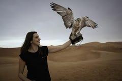 Anna che posa con un falco nel quarto vuoto Immagine Stock