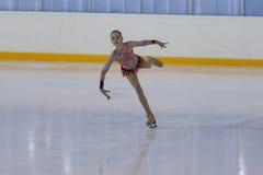 Anna Cherezova de Moldau exécute le programme de patinage gratuit de filles argentées de la classe IV Photos stock