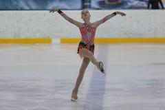 Anna Cherezova de Moldau exécute le programme de patinage gratuit de filles argentées de la classe IV sur le championnat national Photos libres de droits