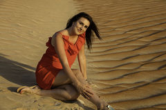 Anna, die in der Wüste sitzt Lizenzfreies Stockfoto
