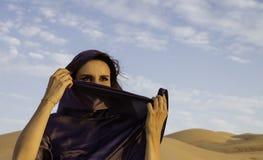 Anna die een Abaya in het Lege Kwart draagt Royalty-vrije Stock Afbeeldingen