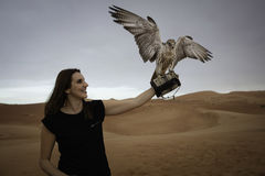 Anna, die mit einem Falken im leeren Viertel aufwirft Stockbild