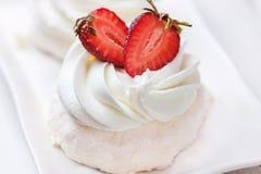 Anna Pavlova-cake met aardbei stock afbeelding