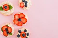 Anna Pavlova kaka med jordgubbar, blåbär och gräddost Bästa sikt, ställe för text, sött begrepp av förälskelse Royaltyfri Fotografi