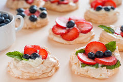 Anna Pavlova kaka med jordgubbar, blåbär och gräddost Bästa sikt, ställe för text, sött begrepp av förälskelse Fotografering för Bildbyråer