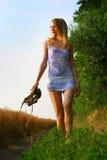 Anna que walnking pela grama Fotos de Stock