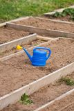 Annaffiatoio dello strumento di giardinaggio in giardino Fotografie Stock