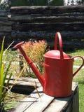 Annaffiatoio rosso rustico Immagini Stock
