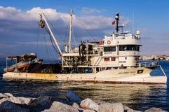Annalkande fiskarefjärd för fiskebåt av Yalova Turkiet Arkivbild