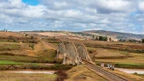 annapurna武装桥梁打手势喜马拉雅山kali尼泊尔被上升的河trekker的横穿gandaki迁徙 免版税库存图片