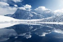 Annapurna 3 ΙΙΙ και Ganggapurna που αντανακλά στη λίμνη πάγου Στοκ Εικόνες