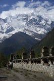 Annapurna ΙΙ και χωρικοί στο κύκλωμα Annapurna Στοκ εικόνες με δικαίωμα ελεύθερης χρήσης