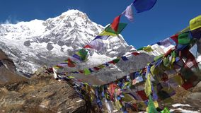 Annapurna Ι και σημαίες προσευχής στο στρατόπεδο βάσεων Annapurna, Νεπάλ Αιχμή Annapurna στη σειρά του Ιμαλαίαυ, Νεπάλ Βάση Annap απόθεμα βίντεο
