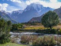 Annapurna 3 στα σύννεφα και το χωριό Julu, Νεπάλ Στοκ εικόνα με δικαίωμα ελεύθερης χρήσης