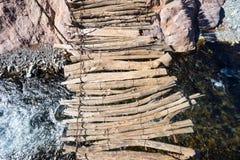 annapurna подготовляет gandaki скрещивания моста gesturing trekker реки kali Гималаев поднятое Непалом trekking стоковая фотография rf