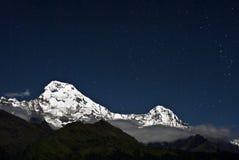 Annapurna del sur en la noche, Nepal Imagen de archivo libre de regalías