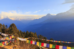 Annapurna en de bergketen van Himalayagebergte met zonsopgangmening van Poo stock afbeelding