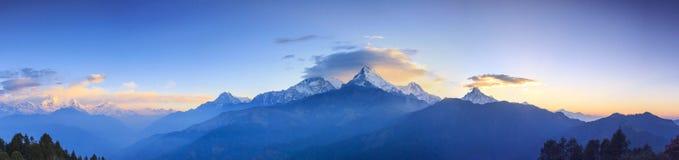 Annapurna-Gebirgszug und Panoramasonnenaufgangansicht von Poonhill lizenzfreie stockfotos