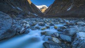 Annapurna halna rzeka na sposobu Fishtail Podstawowym obozie obrazy royalty free