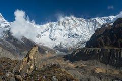 Annapurna I bergmaximum med bönflaggan, abc, Pokhara, Nepal Royaltyfri Bild