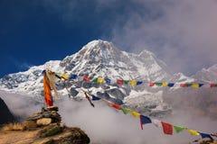 Annapurna I 8,091m met gebedvlag van Annapurna-basiskamp, Nepal stock fotografie