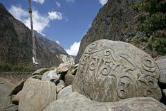 annapurna mani祷告向西藏人扔石头 库存图片