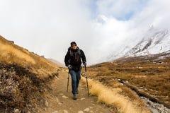 Annapurna Nepal - November 09, 2018: Turist som g?r upp p? v?gen till den Annapurna basl?ger, Himalayas, Annapurna naturv?rdsomr? royaltyfria foton