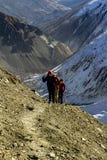 Annapurna Nepal - November 13, 2015: Turister som går upp på vägen till Tilicho sjön 4919 M, Annapurna Trek, Himalayas, Nepal arkivbilder
