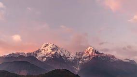 Annapurna pasmo górskie przy zmierzchem wśród chodzenia Chmurnieje w himalajach w Nepal Timelapse zbiory