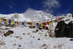Annapurna Spitze mit Gebetmarkierungsfahnen Stockbilder
