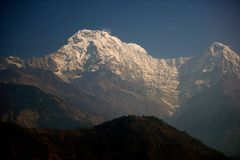Annapurna szczyt przy blask księżyca fotografia royalty free