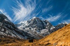 Annapurnaberg in Nepal op een zonnige middag stock fotografie