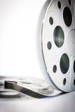 Annata bobina del cinema del film da 35 millimetri su bianco Fotografia Stock Libera da Diritti