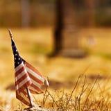 Annata che osserva foto di una bandiera americana stracciata Fotografie Stock