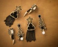 annata con gli orecchini di pietra neri fondo, sedere del diamante dei gioielli Fotografia Stock