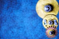 Annata dei dettagli del meccanismo intorno agli ingranaggi dentati, sui precedenti per la progettazione Gli ingranaggi trasmetton fotografie stock libere da diritti