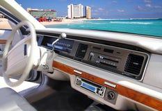Annata dell'interno dell'automobile retro in spiaggia del Cancun Messico Immagine Stock