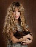 Annata della gallina della tenuta della ragazza dell'agricoltore di modo dei bambini retro Immagini Stock