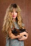 Annata della gallina della tenuta della ragazza dell'agricoltore di modo dei bambini retro Fotografia Stock
