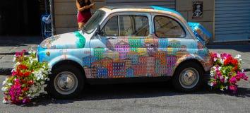 Annata di Fiat 500 dell'automobile sulle vie di Genoa Genova, Italia immagine stock