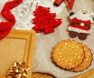 Annata di legno della cartolina di Natale con i regali fatti a mano Immagini Stock
