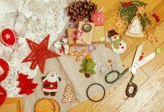Annata di legno della cartolina di Natale con i regali fatti a mano Fotografia Stock