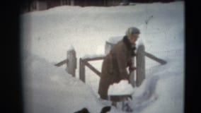 annata di 8mm - donne degli anni 60 che spalano neve nel Minnesota stock footage