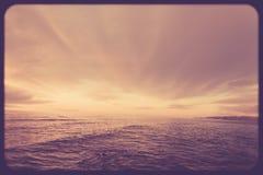 Annata di tramonto del cielo e dell'oceano Fotografia Stock