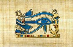 Annata dorata dell'occhio di Horus sul papiro fotografie stock libere da diritti