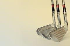 Annata, driver antico di golf (putter) e palla Club di golf retro fondo di carta (tonificato) Fotografie Stock Libere da Diritti