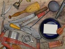 Annata messa per la cottura sopra la tavola di legno Fotografie Stock