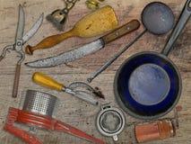 Annata messa per la cottura sopra la tavola di legno Immagine Stock